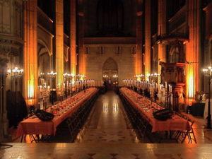 lange Banketttische in warmen Licht in der Elisabethenkirche